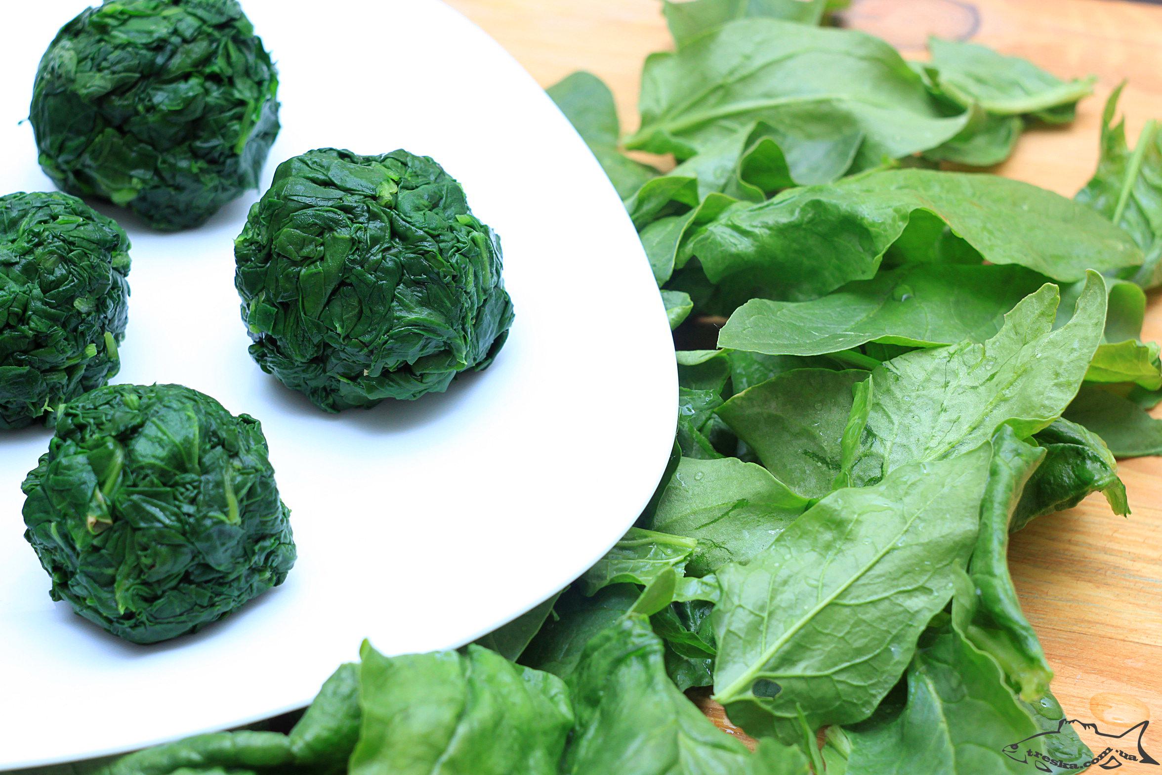 Способ заморозки шпината - приваренный шпинат скатывают в порционные шарики и замораживают